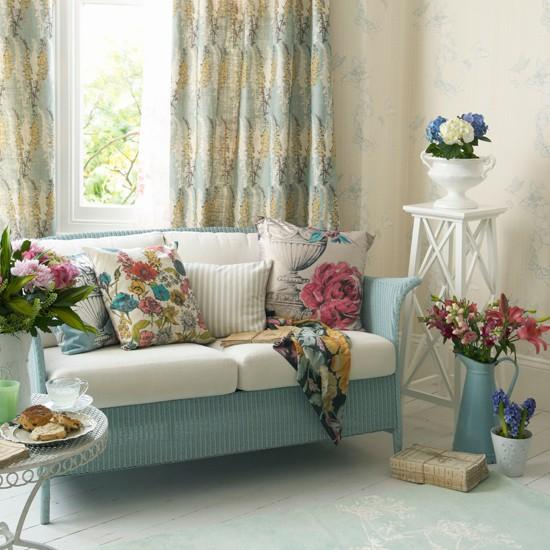 Весенние цветы в интерьере гостиной