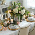 Элегантный декор новогоднего стола — фото оформления еловыми ветками и свежими цветами в прованском стиле