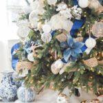 Дизайн новогодней елки 2021 — фото в сине-золотых тонах