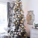 Новогодняя елка в серебряных тонах — фото декора в стиле французского прованса