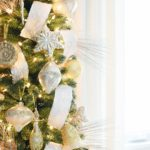 Елка с серебром и золотом — фото компактного новогоднего дерева для маленькой гостиной