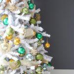 Новогодняя елка в белом стиле — фото 2019 года с золотыми и зелеными игрушками