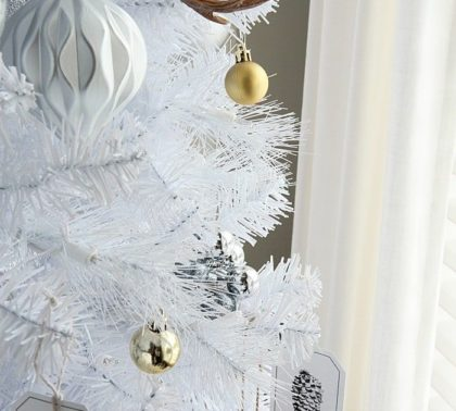 Новогодняя елка в белых тонах - фото 2019 года