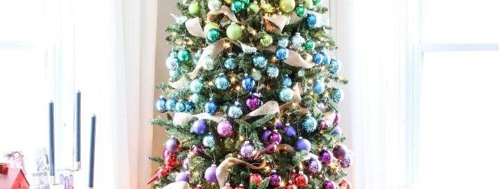 Радужная новогодняя елка - фото в модном стиле