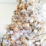 Серебристо-золотая елка — фото в классическом стиле