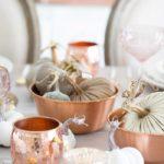 Колоритная медная посуда — фото аксессуаров для осеннего интерьера кухни-гостиной в стиле Прованс и шебби-шик