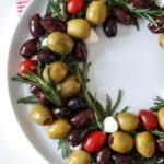 Новогодняя закуска с оливками в форме венка — рецепт и фото