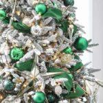 Новогодняя елка с зелеными шарами — фото 2020 года