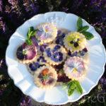 Песочное печенье с анютиными глазками – праздничная выпечка, украшенная живыми цветами