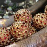 Красные новогодние игрушки в стиле Прованс